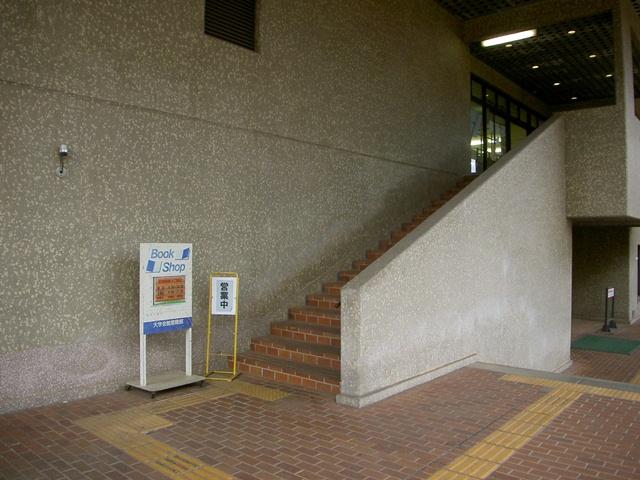 階段を上がると書店の入口です