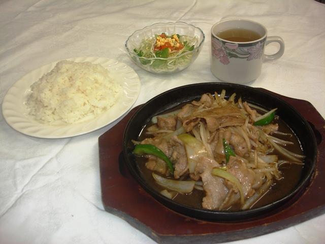 鉄板焼きでジュージュー 豚バラ肉の生姜焼き   <br>ライス、スープ、サラダ付き ¥600