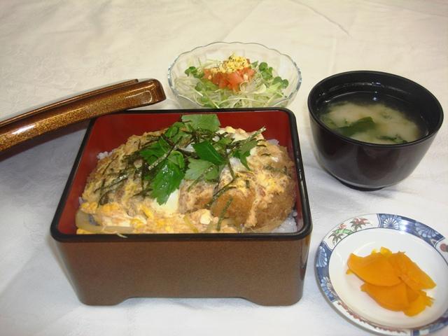 ロースカツ重 サラダ、  味噌汁、お新香付き  ¥670